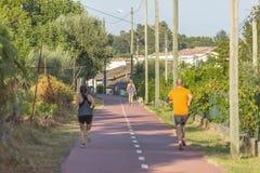 Peatón y trayectoria del eco del ciclo, en Viseu, Portugal fotografía de archivo