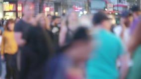 Peatones de Defocussed en el crepúsculo en la calle Londres de Oxford almacen de metraje de vídeo