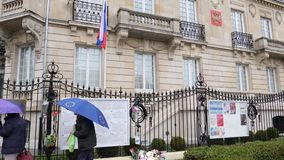Peatones delante de la bandera rusa del ruso de la media asta de la embajada del consulado almacen de video
