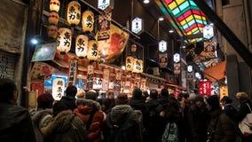 Peatones en el mercado de la comida de Kyoto imagenes de archivo