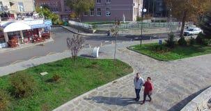 Peatones en el Pomorie búlgaro en otoño metrajes