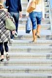 Peatones en escaleras Imagen de archivo libre de regalías