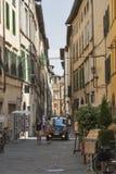 Peatones en la calle del estrecho de Lucca Imagen de archivo libre de regalías