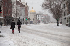 Peatones en nieve Imágenes de archivo libres de regalías