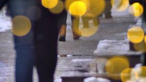 Peatones en noche fría del invierno, calle ocupada cruzada de la ciudad metrajes
