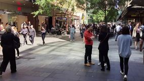 Peatones en Pitt Street Mall, Sydney, Australia almacen de metraje de vídeo