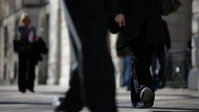 Peatones en un pavimento de Londres almacen de metraje de vídeo