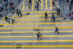 Peatones no identificados en la calle del paso de cebra Fotos de archivo libres de regalías