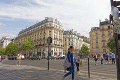 Peatones que caminan abajo del Santo-Germana-DES-Pres en París Imagenes de archivo