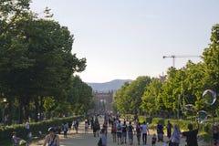 Peatones que caminan en el camino que lleva al arco de Triumph fotos de archivo libres de regalías