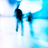 Peatones que caminan en la estación Fotografía de archivo libre de regalías