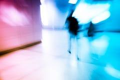 Peatones que caminan en la estación Imagen de archivo libre de regalías