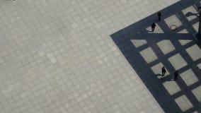 Peatones que caminan en Potsdamer Platz - Berlín metrajes