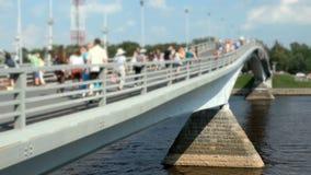 Peatones que caminan en un puente peatonal Verano almacen de metraje de vídeo