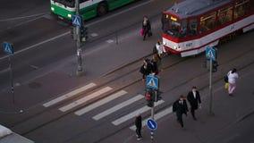 Peatones que cruzan el camino en luz verde almacen de metraje de vídeo