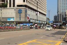 Peatones y tráfico en el distrito financiero central de Hong Kong imagen de archivo libre de regalías