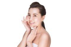 Peau émouvante de beauté de femme asiatique de soins de la peau sur le visage photos stock