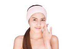 Peau émouvante de beauté de femme asiatique de soins de la peau sur le visage Image stock