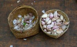 Peau d'ail et ail frais dans les paniers Photographie stock