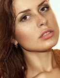 peau saine couverte de taches de rousseur de visage jeune belle photographie stock libre de droits