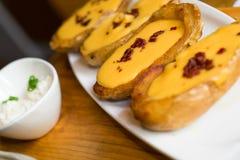 Peaux de pomme de terre, dinant l'apéritif image libre de droits