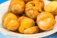 Peaux de pomme de terre fraîchement cuites au four Image libre de droits