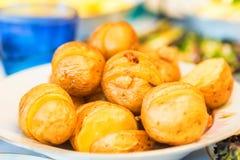 Peaux de pomme de terre fraîchement cuites au four Photos stock