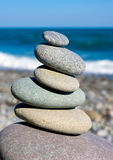 Pebbels equilibrati sul mare Fotografia Stock