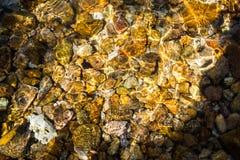 Pebble海滩在海 免版税库存照片