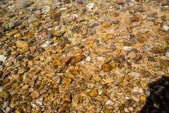 Pebble海滩在海 免版税图库摄影