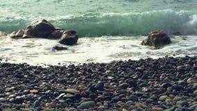 从Pebble海滩的掀动射击海波浪和天际的 洗涤Pebble海滩的波浪 舔agains的波浪木瓦 股票视频