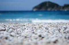 Pebble Beach с голубым морем на предпосылке стоковая фотография