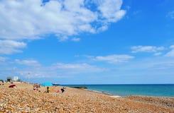 Pebble Beach com os turistas em Brigghton no dia de verão quente fotos de stock