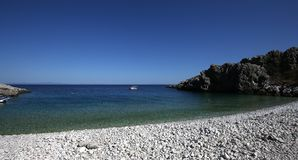 Pebble Beach da vila de Kokkala, Peloponnese, Grécia fotografia de stock