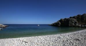 Pebble Beach del pueblo de Kokkala, Peloponeso, Grecia fotografía de archivo
