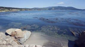 Pebble Beach entlang der Monterey-Buchtwasserlinie lizenzfreie stockfotos