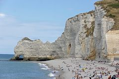 Pebble Beach et falaises blanches d'Etretat, Normandie, France photo stock