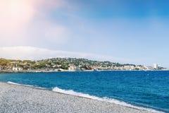 Pebble Beach et mer Méditerranée chez Sainte-Maxime, ` Azur, France de Cote d le jour ensoleillé Photos libres de droits