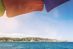 Pebble Beach et mer Méditerranée chez Sainte-Maxime, ` Azur, France de Cote d le jour ensoleillé Image stock