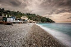 Pebble Beach a Marina del Cantone sulla costa di Amalfi in Italia Immagine Stock