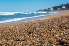Pebble Beach med havavbrottet som en bakgrund royaltyfria foton