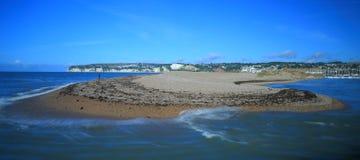 Pebble Beach mit unscharfen Wellen Lizenzfreie Stockbilder