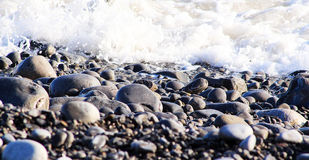 Pebble Beach mit Wellen Lizenzfreie Stockfotografie