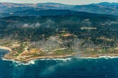 Pebble Beach na foto da antena de Califórnia imagens de stock royalty free