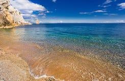 Pebble Beach och havet Royaltyfri Foto