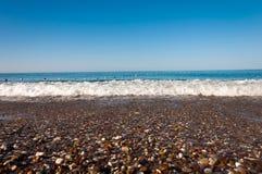 Pebble Beach på havet Royaltyfria Bilder