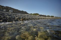 Pebble Beach som ses från havet royaltyfria foton