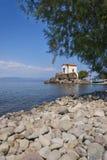 Pebble Beach su Mytilini Lesvos - isola greca con la piccola chiesa della cappella Immagini Stock