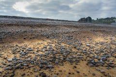 Pebble Beach und ein Schloss von Dieppe in Normandie Stockbild