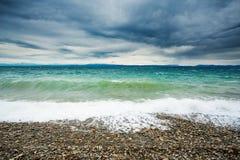 Pebble Beach vågor och storm Arkivbilder